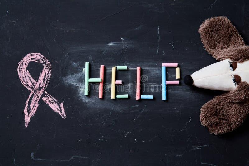 Begrepp för skräck, familjevåld och familj eller barnmisshandel Inskrifthjälp och leksak royaltyfri foto