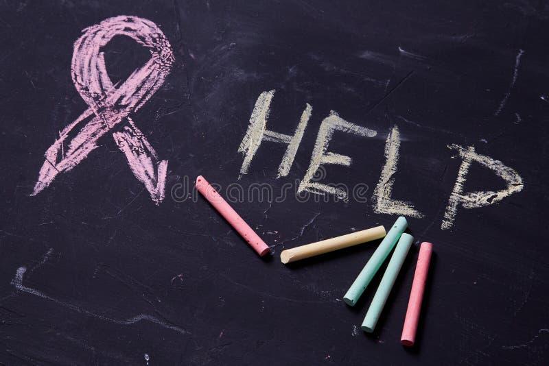 Begrepp för skräck, familjevåld och familj eller barnmisshandel Symbolet av ett purpurfärgat band och ordhjälpen fotografering för bildbyråer