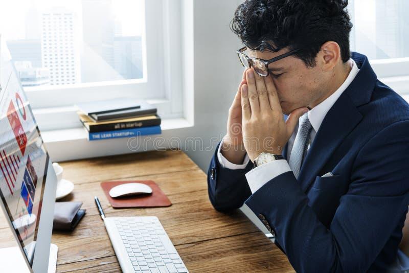 Begrepp för skrivbord för kontor för affärsman frustrerat trött arkivbilder