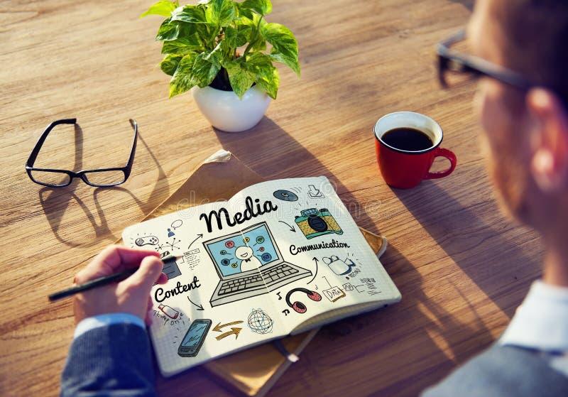 Begrepp för socialt massmedia för massmediamultimedia online- arkivfoto