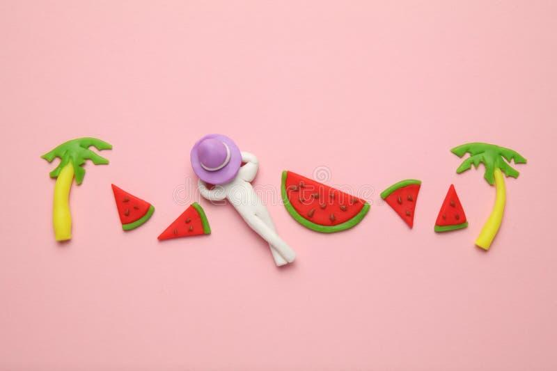 Begrepp för sommarstrandsemester med LILO, vattenmelon och palmträd Nöje av tropisk avkoppling royaltyfria foton