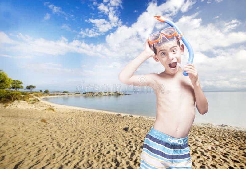 Begrepp för sommartid med den gulliga lilla dykaren arkivfoton