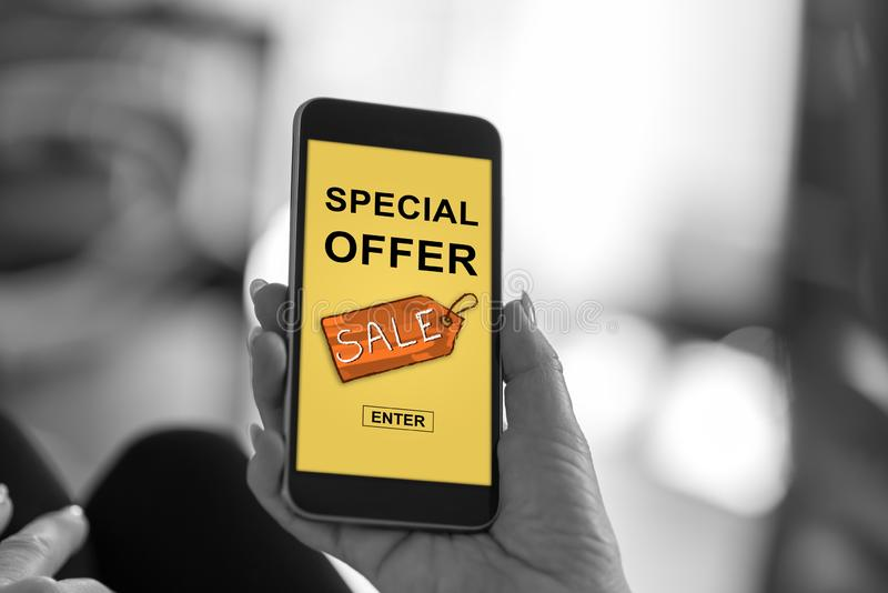 Begrepp för specialt erbjudande på en smartphone fotografering för bildbyråer