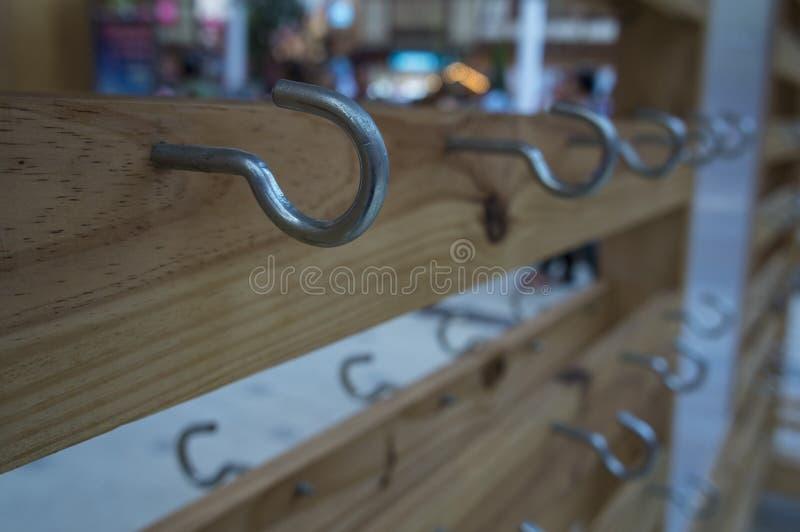 Begrepp för ställning för tangent för krokjärnhållare träwood arkivbild