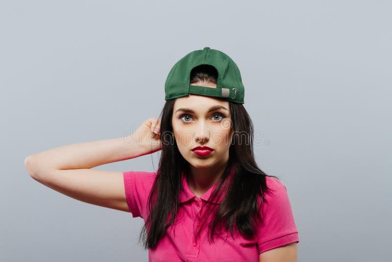 Begrepp för stående för aktning för kvinnaförtroendesjälv Grå färgbakgrund fotografering för bildbyråer