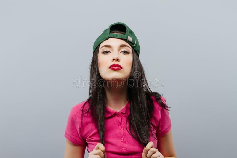 Begrepp för stående för aktning för kvinnaförtroendesjälv Grå färgbakgrund royaltyfri bild