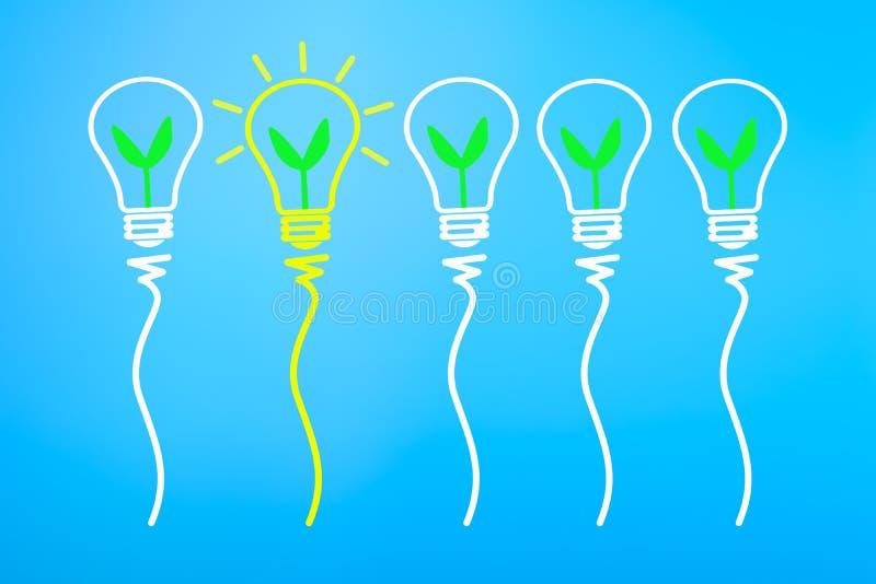 Begrepp för stor idé och innovation, med den gröna växten i ljus bul royaltyfri illustrationer