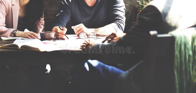 Begrepp för strategi för kontor för planläggning för teamwork för affärsfolk royaltyfri foto