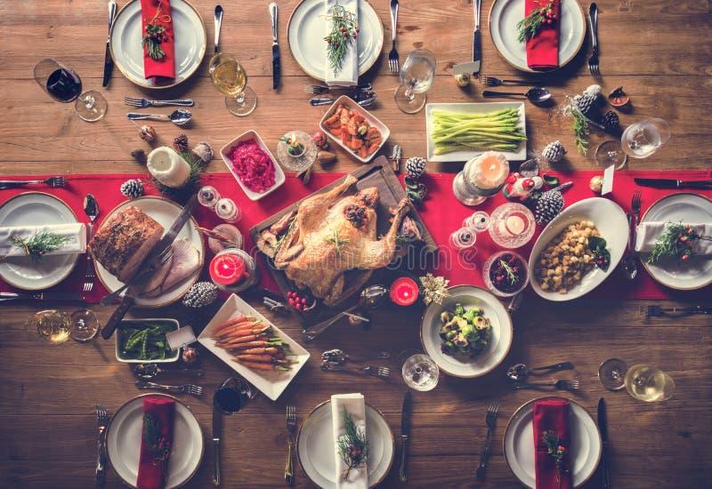 Begrepp för tabell för julfamiljmatställe arkivbilder
