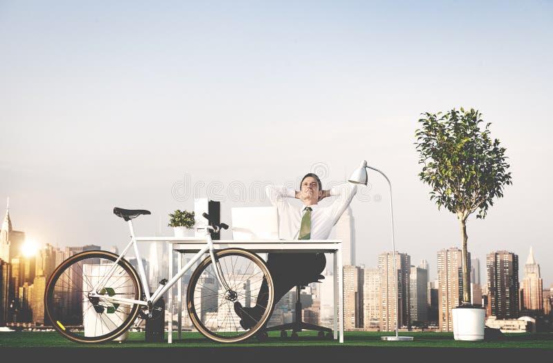 Begrepp för tak för kontor för gräsplan för affärsman fotografering för bildbyråer