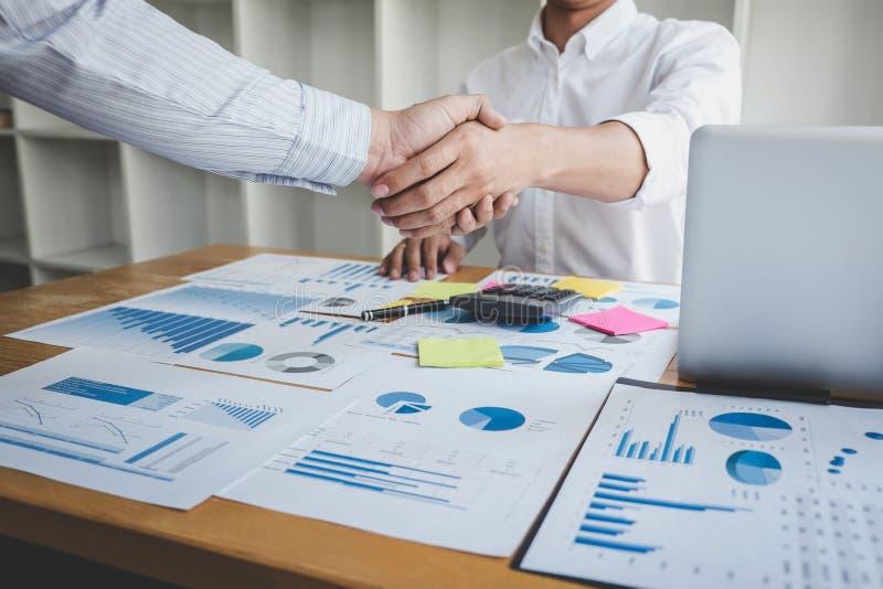 Begrepp för teamworkpartnerskapmöte, affärshandskakning, når att ha diskuterat åtskilligt av att handla avtalet för båda företag  arkivfoton