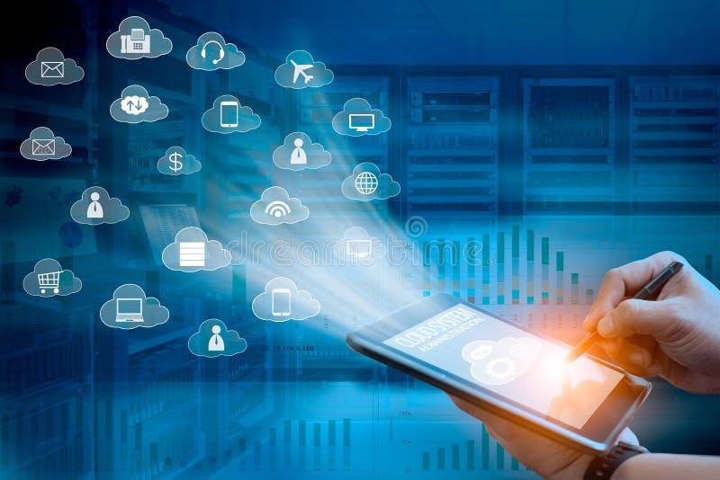 Begrepp för teknologi för molnsystemadministration av affärsmannen som använder minnestavladatoren för att klara av molnsystemet arkivbilder