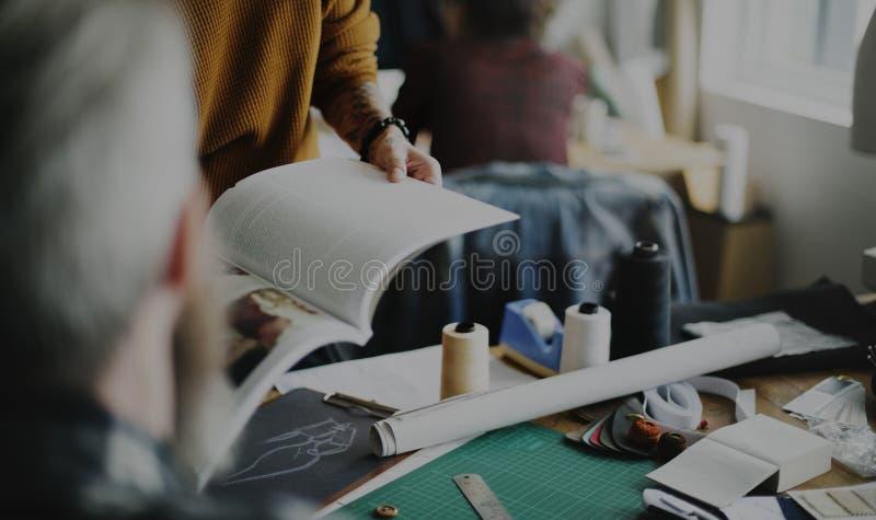 Begrepp för tidskrift för modedesignforskning royaltyfria bilder
