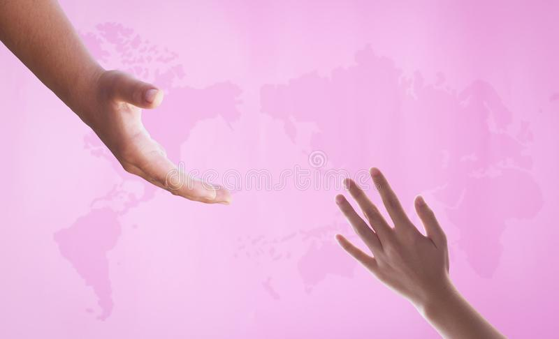 Begrepp för världscancerdag: Rosa världskarta arkivfoton