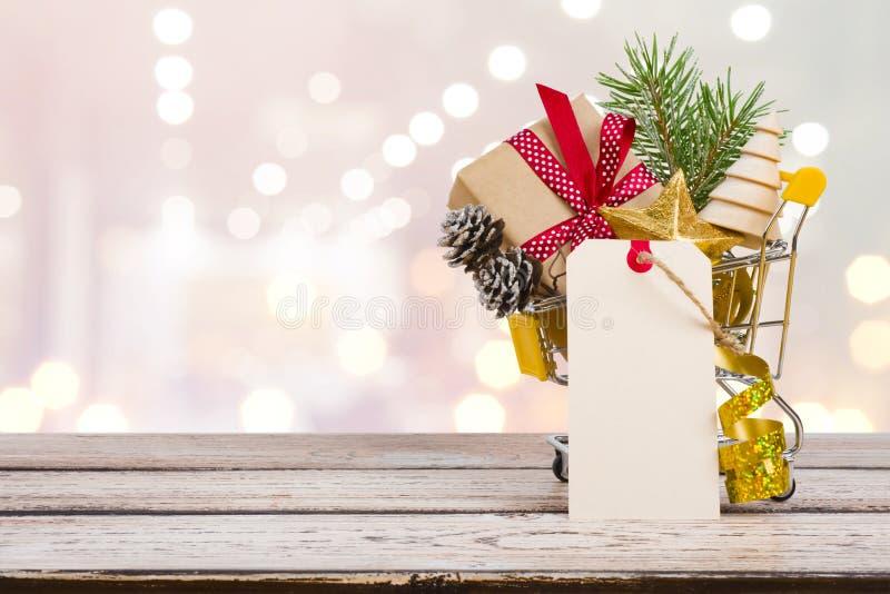 Begrepp för vagn för julförsäljningsshopping med gåvaasken och garnering royaltyfri fotografi