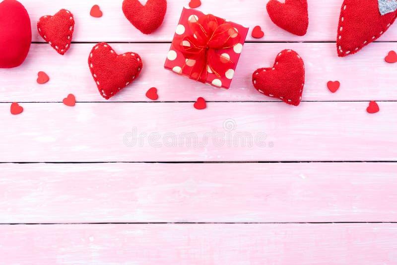 Begrepp för valentindagbakgrund Röd gåvaask med handgjord röd hjärta på rosa pastellfärgad träbakgrund royaltyfri fotografi