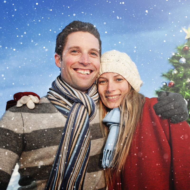 Begrepp för vinter för lycka för parjulgranprydnader arkivbild