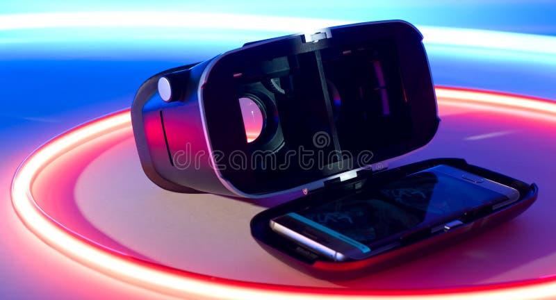 Begrepp för virtuell verklighetSmart-telefon hörlurar med mikrofon fotografering för bildbyråer