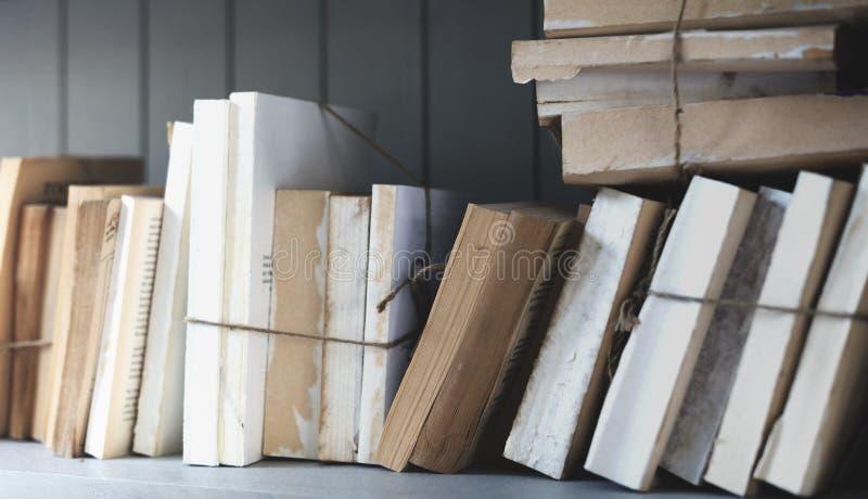 Begrepp för vishet för högskola för lärobok för bokarkivsida arkivbild