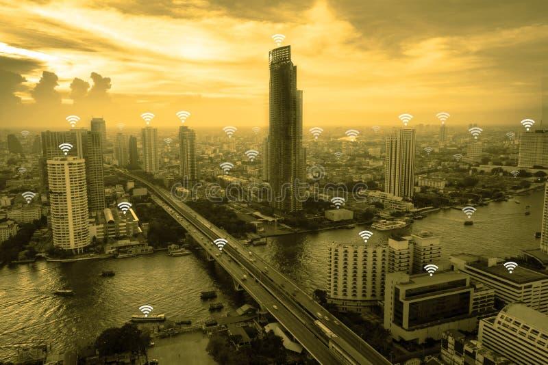 Begrepp för Wifi nätverksanslutning ovanför cityscapebakgrund arkivfoto