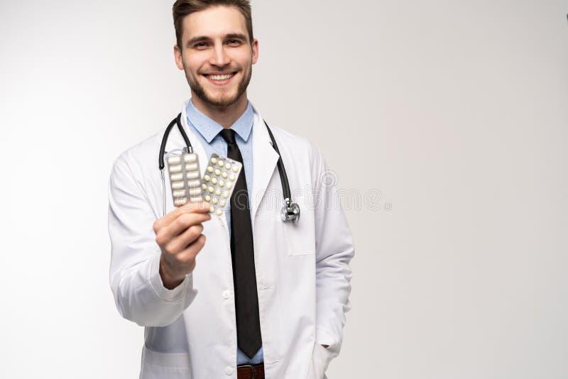 Begrepp f?r apotek f?r h?lsov?rd f?r manligt piller f?r doktor h?llande ett medicinskt royaltyfria bilder