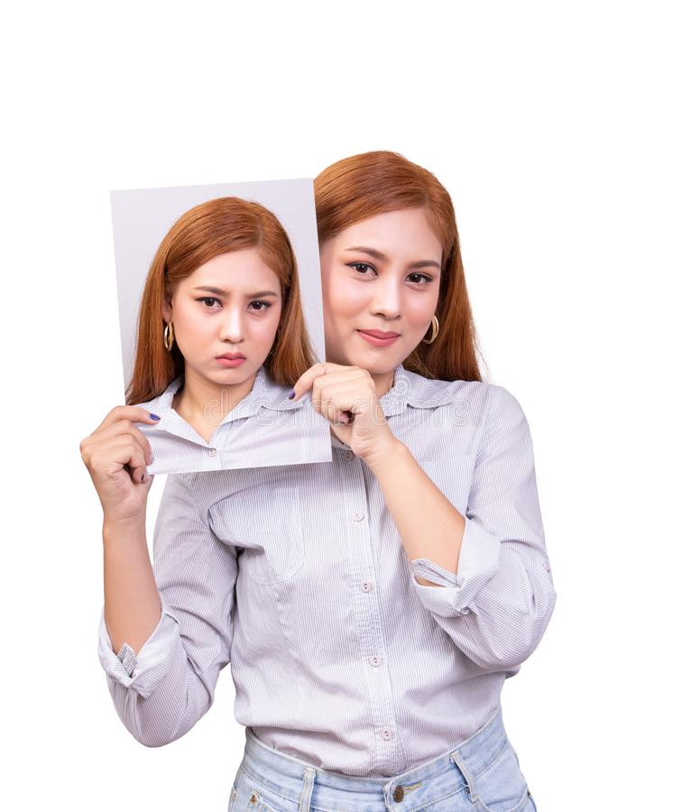 Begrepp f?r bipol?r oordning ensam ung asiatisk kvinna med den lyckliga maskeringen för framsidainnehavframsida som visar olyckli arkivbild