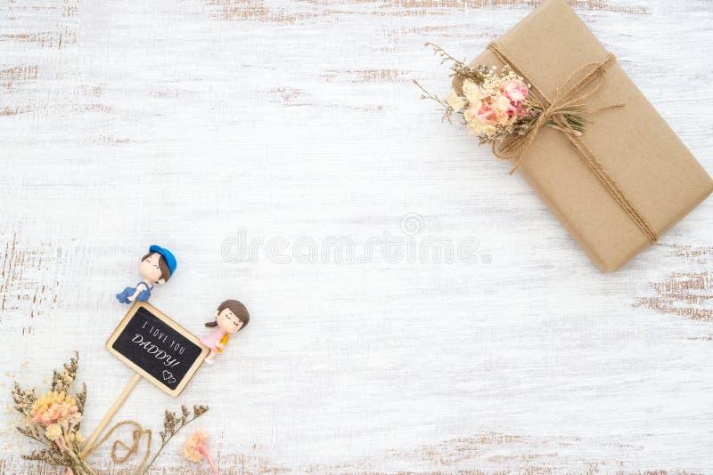 Begrepp f?r dag f?r fader` s Gåvor för dagen för fäder för DIY-handmand med den mini- svart tavla med text älskar jag dig pappan  arkivbilder