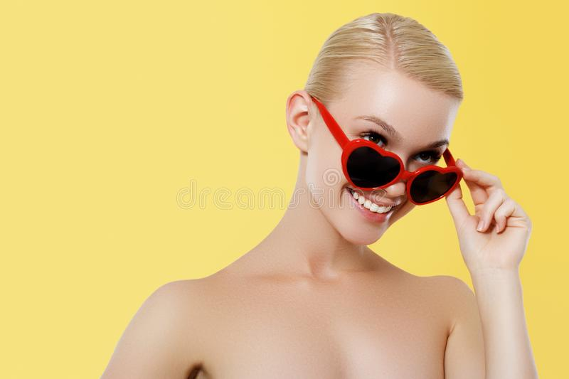 Begrepp f?r dag f?r valentin` s 14 Februari Mode modellerar flickan som isoleras över gul bakgrund Stilfull blond kvinna för skön arkivfoto