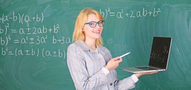 Begrepp f?r Digitala teknologier Smart dam f?r utbildare med den moderna b?rbara datorn som surfar svart tavlabakgrund f?r intern royaltyfria bilder