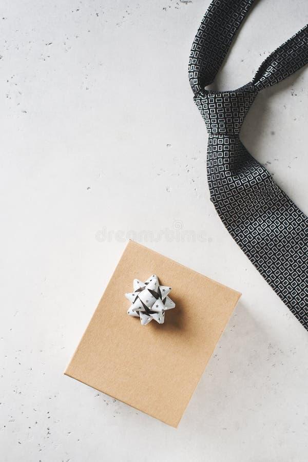 Begrepp f?r faderdag med det g?vaasken och bandet p? vit bakgrund fotografering för bildbyråer