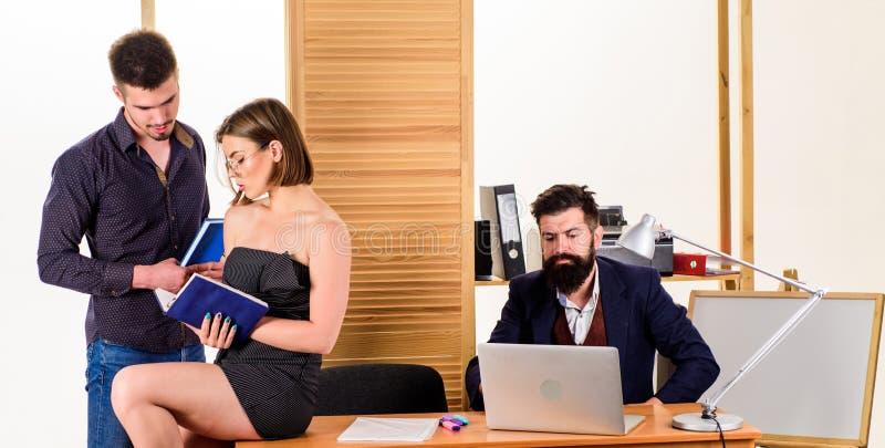 Begrepp f?r kontorsatmosf?r Sexuell dragning Stimulera sexuell lust Kvinna som arbetar i mestadels det manliga kollektivet royaltyfria bilder
