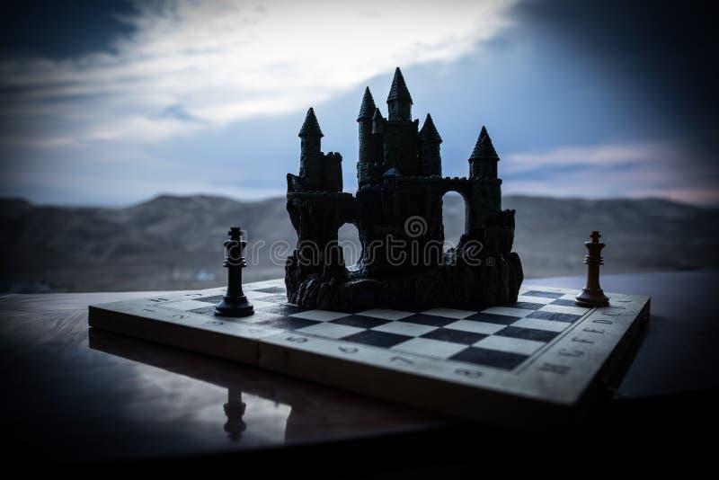 Begrepp f?r schackbr?delek av aff?rsid?er och konkurrens Schackdiagram p? en schackbr?de Utomhus- solnedg?ngbakgrund royaltyfria foton