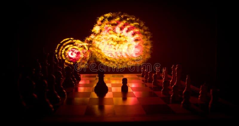 Begrepp f?r schackbr?delek av aff?rsid?er och konkurrens Schackdiagram p? en m?rk bakgrund med r?k och dimma arkivfoton
