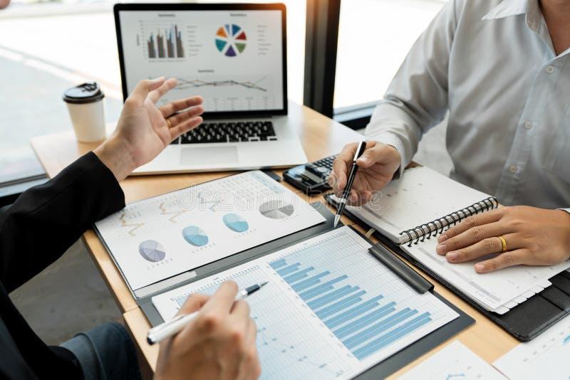 Begrepp f?r teamworkf?retagsm?te, aff?rspartners som arbetar med b?rbar datordatoren som analyserar tillsammans finansiellt proje arkivfoto