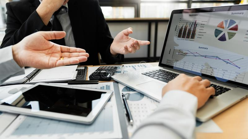 Begrepp f?r teamworkf?retagsm?te, aff?rspartners som arbetar med b?rbar datordatoren som analyserar tillsammans finansiellt proje royaltyfri bild