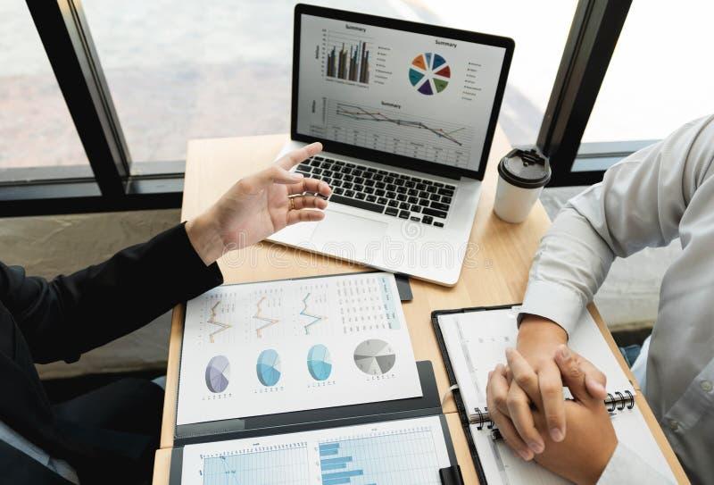 Begrepp f?r teamworkf?retagsm?te, aff?rspartners som arbetar med b?rbar datordatoren som analyserar tillsammans finansiellt proje royaltyfria foton