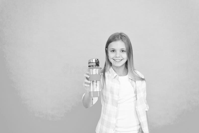 Begrepp f?r vattenj?mvikt Sunt och hydratiserat Pediatriska oordningar av vattenj?mvikt Flickan att bry sig om h?lsa och vatten royaltyfri foto