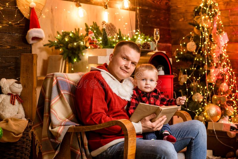 Begrepp f?r vinterferier Magiska atmosf?rfamiljferier Faderskapglädje Tyck om varje ögonblick med hans son spendera fotografering för bildbyråer