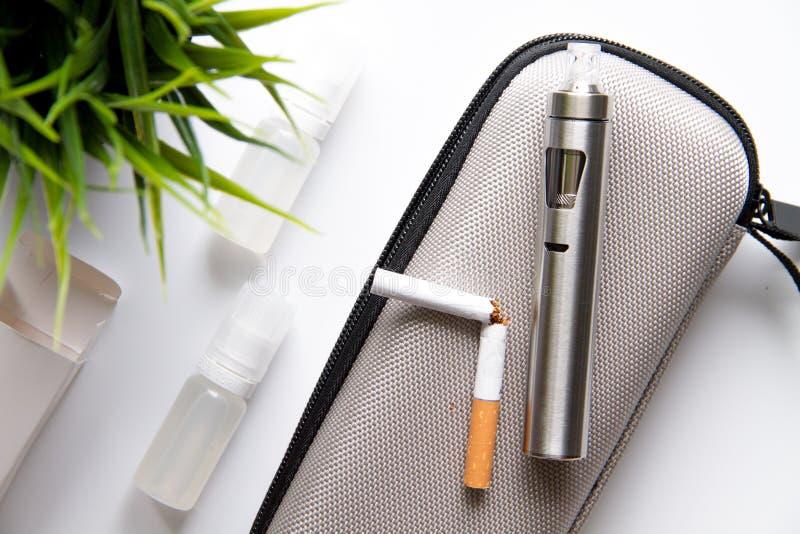 Begrepp - faror av att röka och den bästa sikten för elektronisk cigarett fotografering för bildbyråer