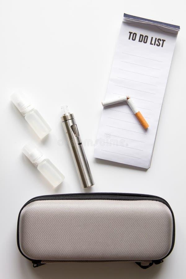 Begrepp - faror av att röka och den bästa sikten för elektronisk cigarett royaltyfri bild