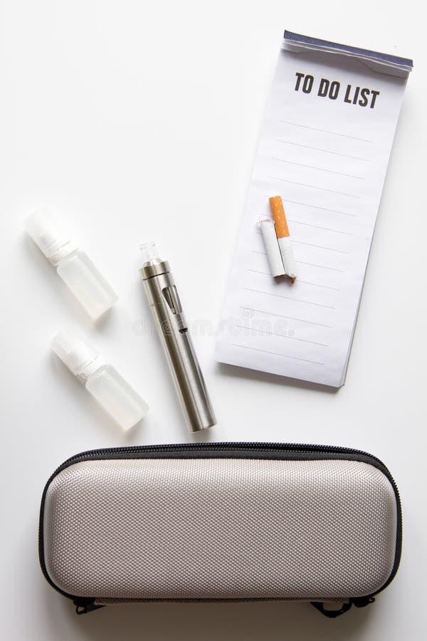 Begrepp - faror av att röka och den bästa sikten för elektronisk cigarett arkivbilder