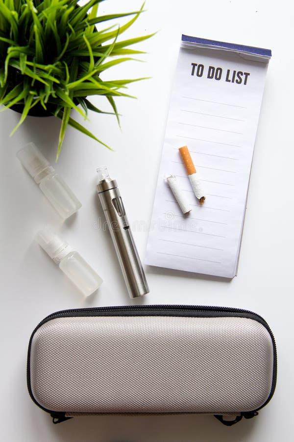 Begrepp - faror av att röka och den bästa sikten för elektronisk cigarett arkivbild