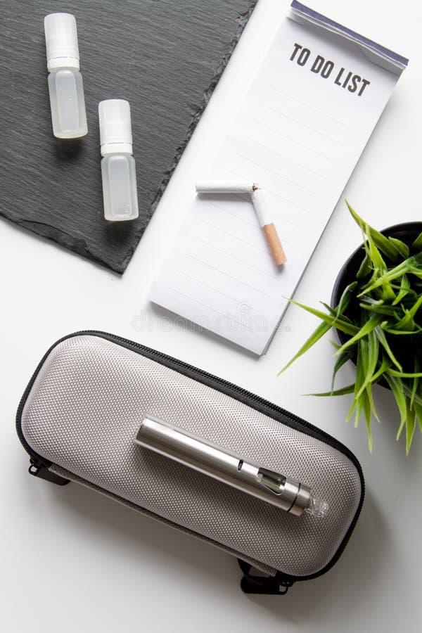 Begrepp - faror av att röka och den bästa sikten för elektronisk cigarett royaltyfria bilder