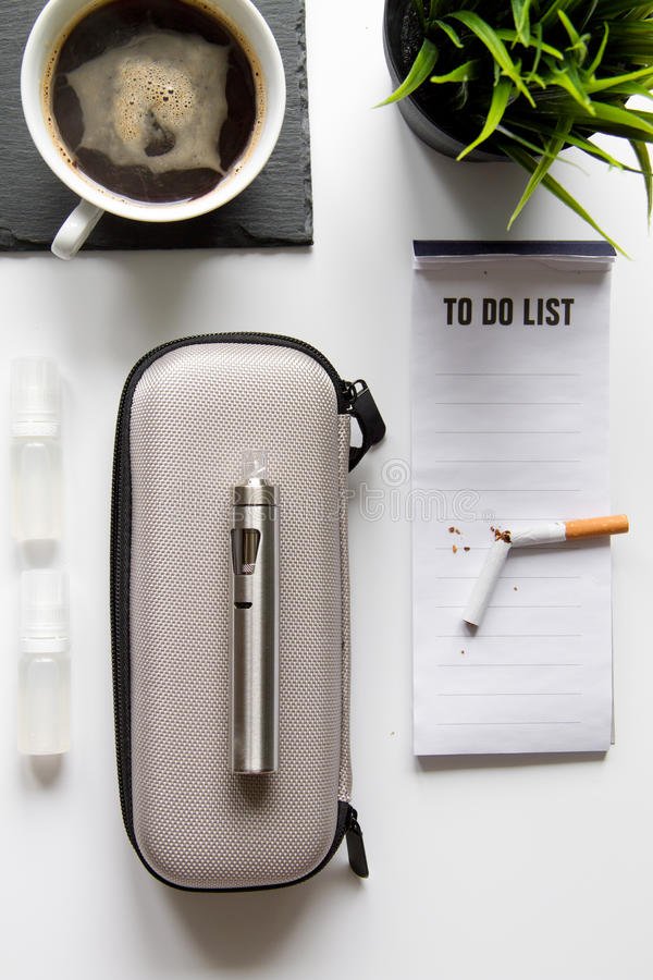 Begrepp - faror av att röka och den bästa sikten för elektronisk cigarett royaltyfri fotografi