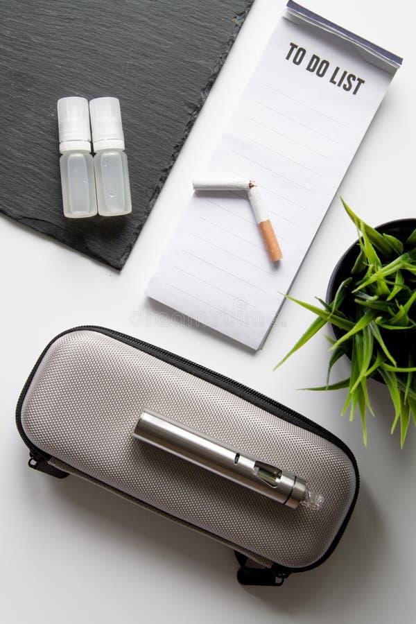 Begrepp - faror av att röka och den bästa sikten för elektronisk cigarett royaltyfri foto