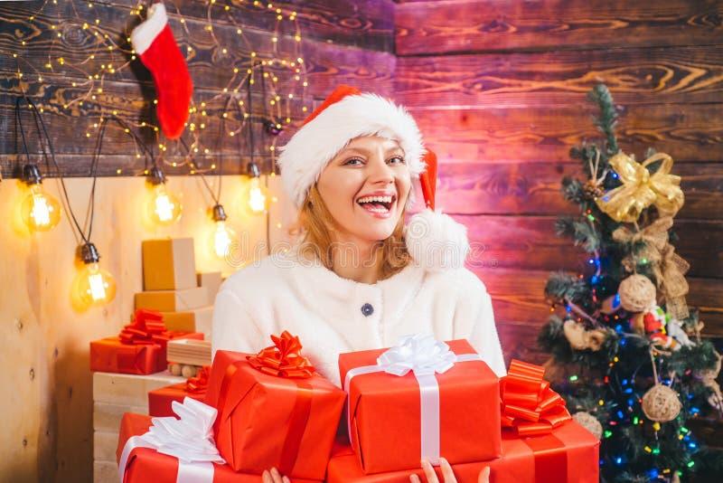 begrepp isolerad överrrakningwhite lycklig sinnesrörelse Glad jul och lyckligt nytt år roligt Hem- ferie Julkvinnaklänning royaltyfria bilder