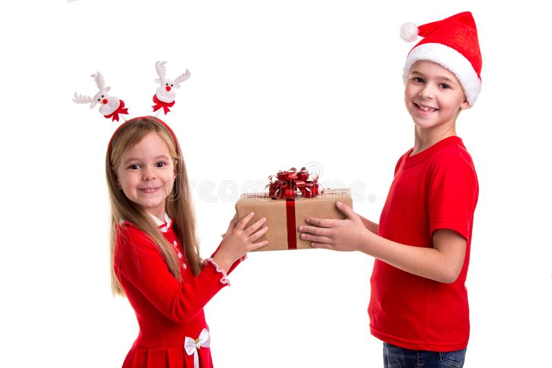 Begrepp: jul eller ferie för lyckligt nytt år Lycklig pojke med den santa hatten på hans huvud och en flicka med hjorthorn som ry arkivbild