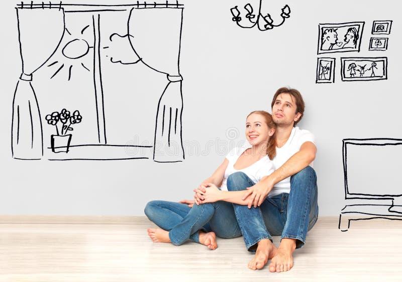 Begrepp: lyckliga par i ny lägenhet drömmer och planerar inre royaltyfria bilder