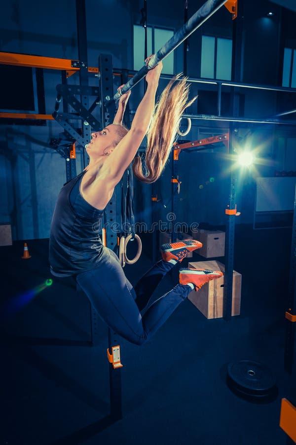 Begrepp: makt styrka, sund livsstil, sport Kraftig attraktiv muskulös kvinna på den CrossFit idrottshallen royaltyfria bilder