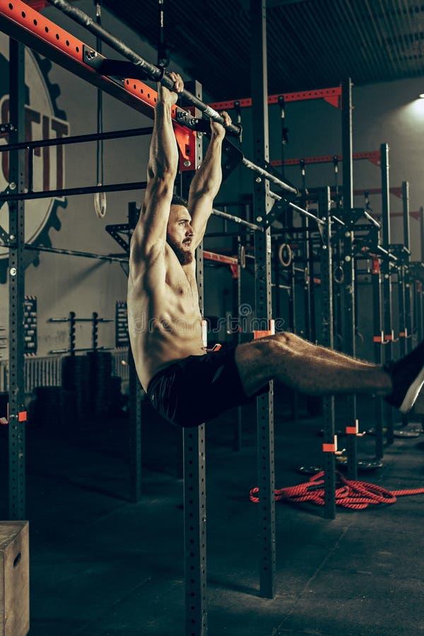 Begrepp: makt styrka, sund livsstil, sport Kraftig attraktiv muskulös man på den CrossFit idrottshallen royaltyfria bilder